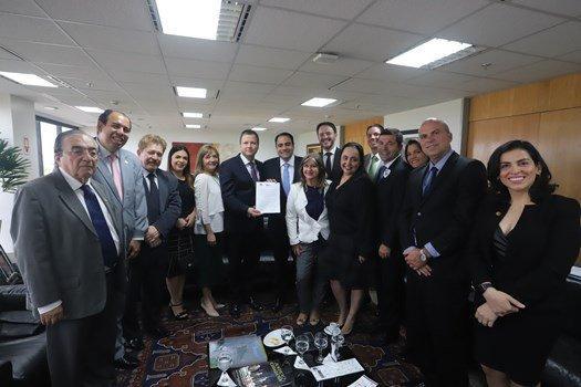 Representantes da OAB-GO e ESA-GO entregam moção de apoio à educação jurídica para Lamachia