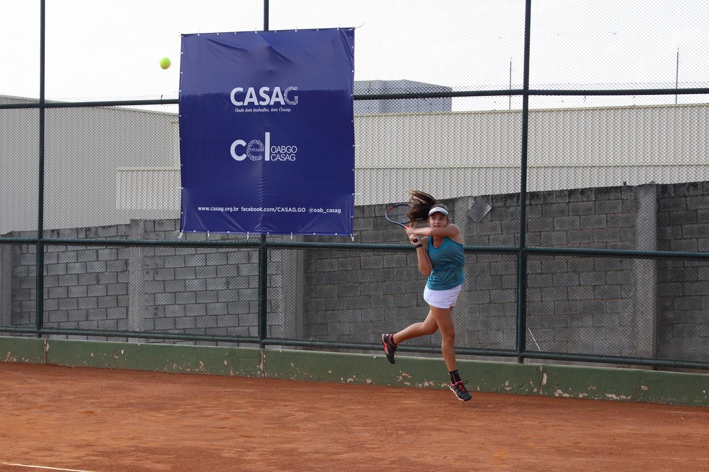Adolescente de 14 anos é destaque no Aberto de Tênis da CASAG
