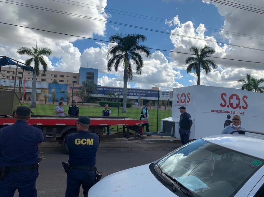 OAB-GO acompanha retirada de trailer que oferecia serviços de advocacia em frente ao Hugol